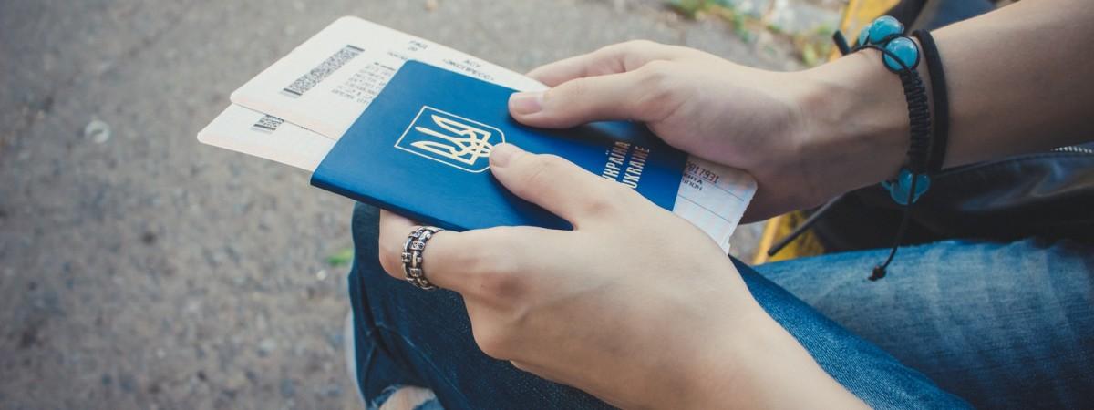 В Україні хочуть обмежити рекламу заробітчанства, щоб зупинити трудову міграцію