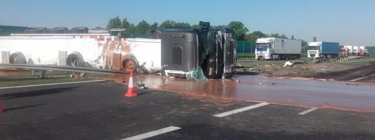 Несколько тонн молочного шоколада, разлитого на трассе, парализовали движение на польской автостраде