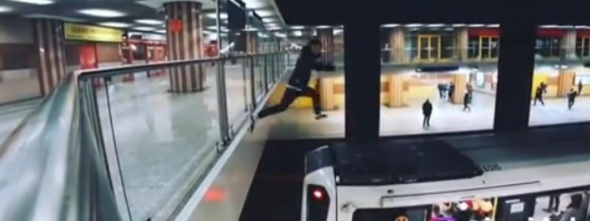 Хлопця, який бігав по даху потяга варшавського метро, судитимуть. Це - українець