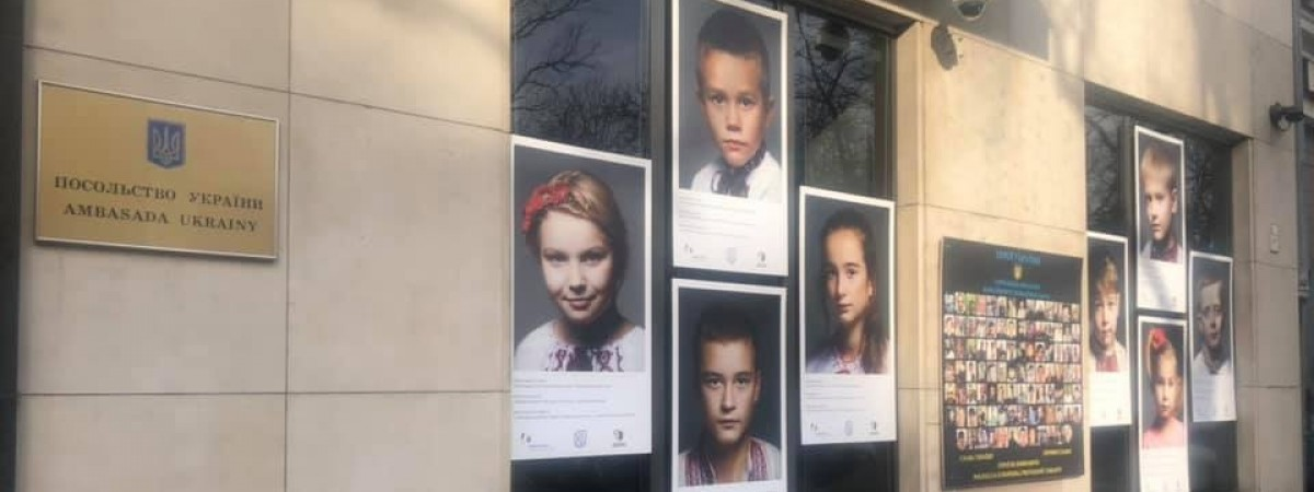 Погляд, в якому затамовано біль. У Варшаві показали знімки дітей, батьки яких загинули на війні на сході України (ФОТО)