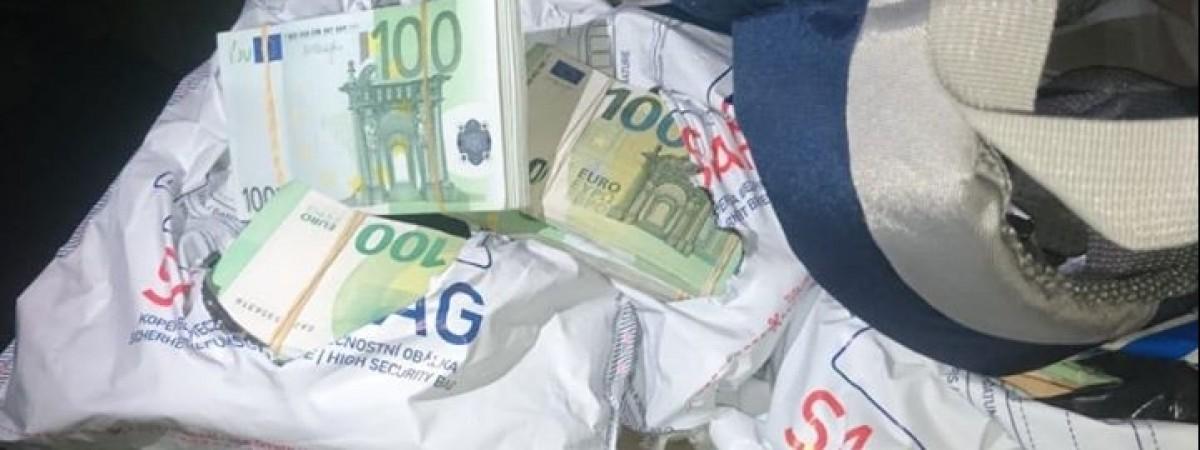 Українець намагався вночі вивезти з Польщі в Україну понад 500 тис євро готівкою й попався