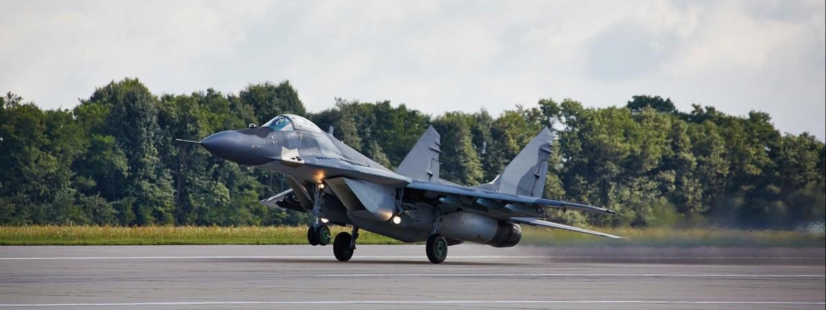 Упав у 500 метрах від будинків: у Польщі зазнав катастрофи військовий літак