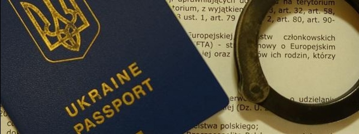 На польському кордоні в одному автобусі затримали 14 українців. Вляпався і водій