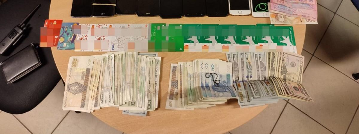 У Польщі двоє українців обманом знімали з банкомату готівку й попалися