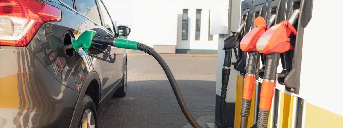 Польща обмежила ввезення палива в баках автомобілів з України: за зайві літри тепер штрафують (відео)
