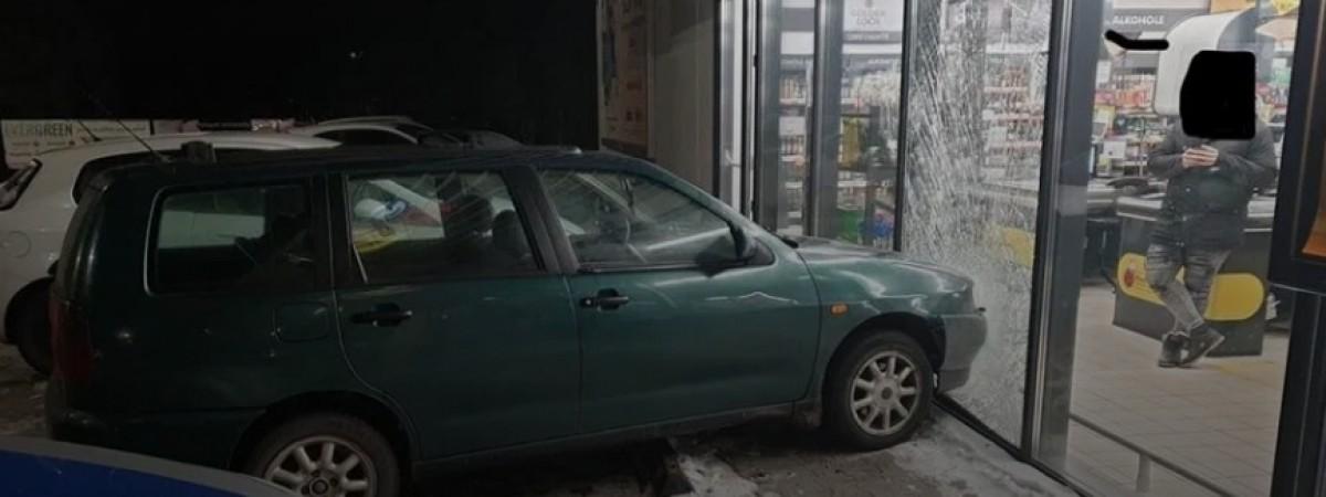 """У Польщі нетверезий українець без водійського посвідчення та страховки в'їхав у """"Бєдронку"""""""