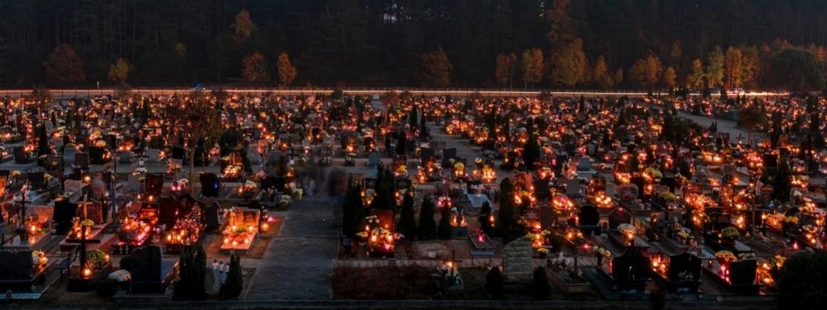 Тысячи оставленных свечей: в Польше отмечают День всех святых (видео)