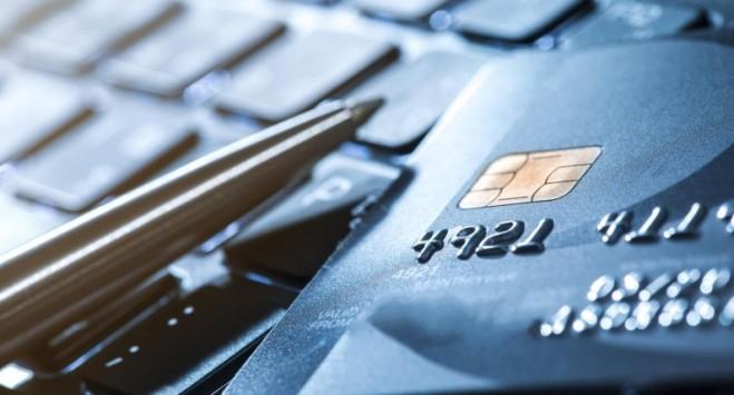 Відомий банк в Україні тепер безкоштовно роздаватиме картки в польських злотих