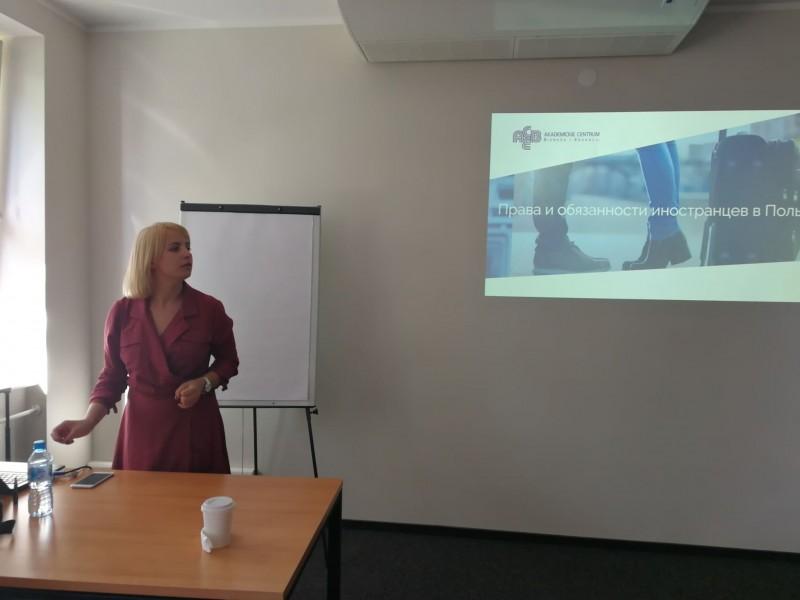У невимушеній і дружній атмосфері новоспечені студенти дізнаються про перші кроки, які їм належить зробити в Польщі