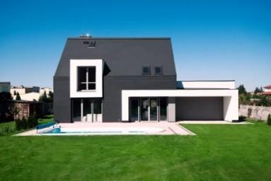 Дом с черным фасадом